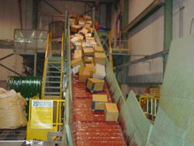製紙会社の溶解処理工場 無開梱のままコンベアに