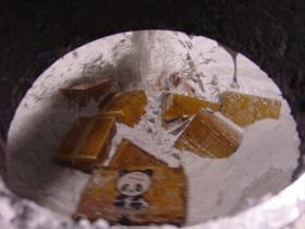 製紙会社の溶解処理工場 無開梱のまま投入されたパルパー内部