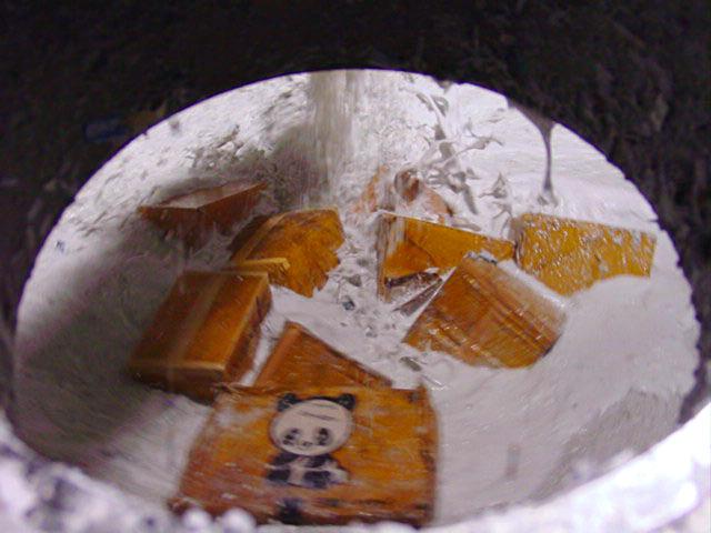 ダンボール無開梱のまま投入されたパルパー内部