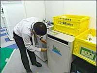 カギを開け機密書類の回収作業